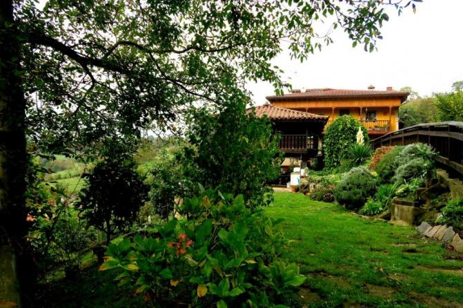 Jard n h rreo y casa ladines asturias for Casa jardin asturias