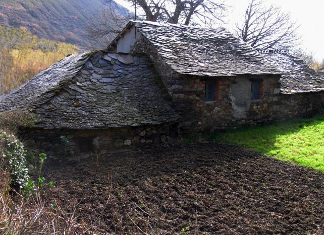 Casas con tejado de lascas de pizarra pereda de ancares - Dibujos de tejados ...