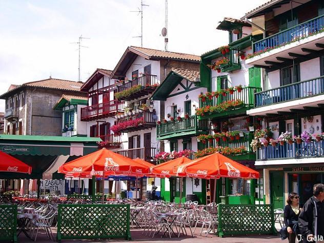 Terraza y casas en calle san pedro 2008 06 08 fuenterrabia hondarribia - Casas pais vasco ...