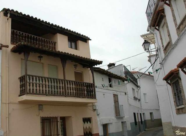 Balcones modernos arroyomolinos de la vera for Tipos de toldos para balcones