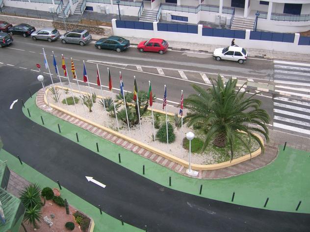 Jard n con banderas denia alicante for Banderas decorativas para jardin