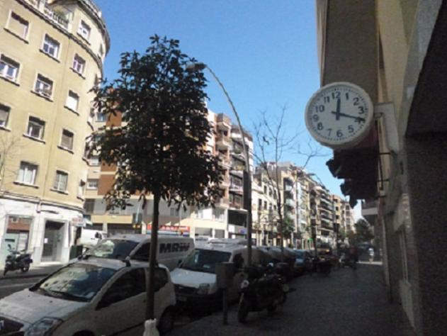 Avenida de montserrat con su reloj de calle barcelona - Calle montserrat barcelona ...