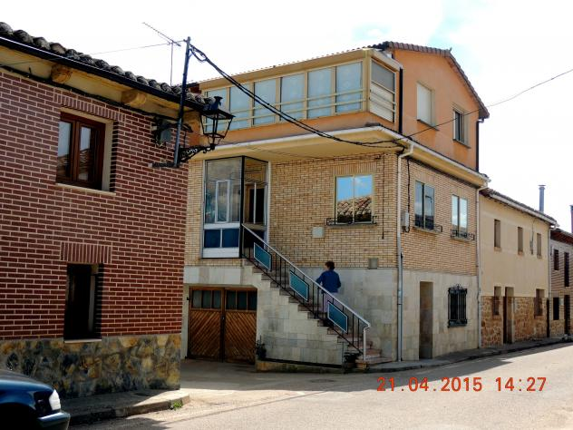 Casa moderna con escalera exterior olmos de ojeda for Casa moderna exterior