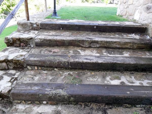 Escalera de piedra y traviesas de madera acebo c ceres - Traviesas de madera ...