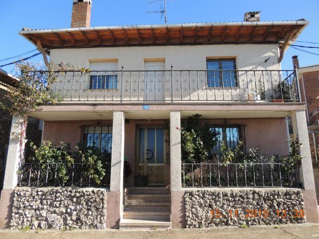 Una casa con columnas sosteniendo la galer a villalba de - Casas en guardo ...