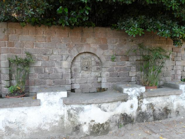 Antiguo abrevador en los jardines de laribal barcelona for Jardines laribal