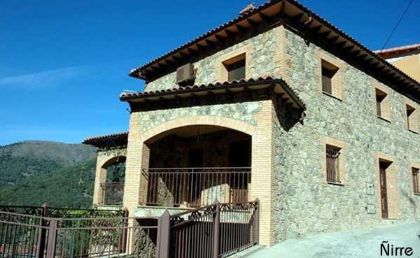 Casa moderna en piedra y ladrillo guijo de santa barbara for Casa moderna ladrillo