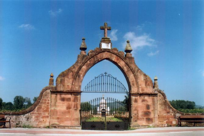 Puerta del cementerio al borde de la carretera cos for Cementerio parque jardin la puerta