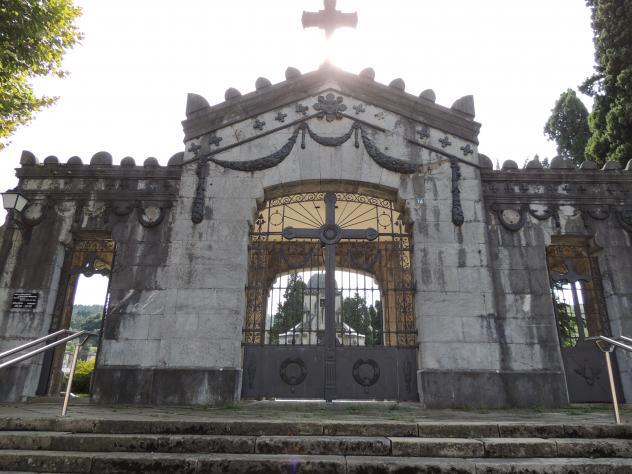 Puerta del cementerio llodio for Puerta 4 del jockey