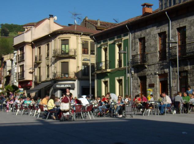 Las terrazas de la plaza el ayuntamiento pola de laviana for Kfc terrazas de mayo