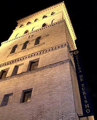 Nocturna torre n de la zuda oficina de turismo zaragoza for Oficina de turismo en zaragoza