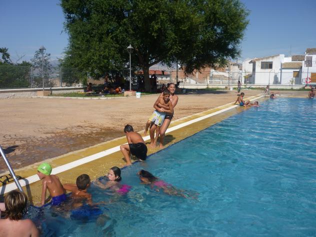 En la piscina larva ja n for Fotos follando en la piscina