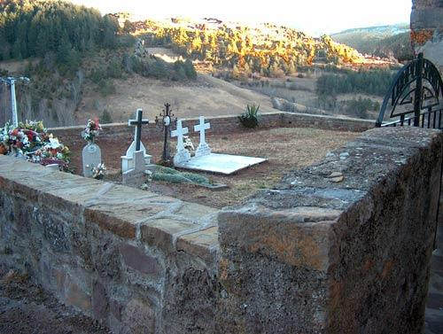 Cementerio a la puerta de la iglesia abella huesca for Cementerio parque jardin la puerta