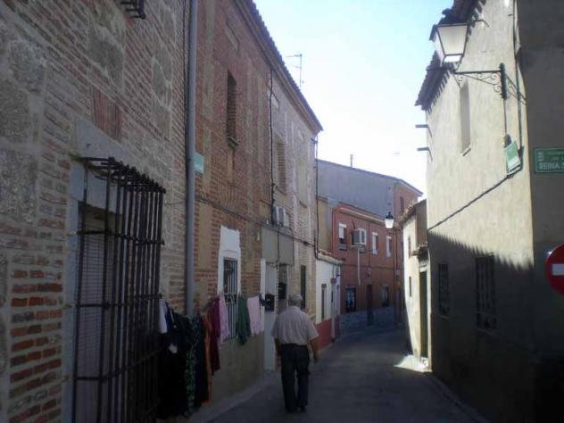 Calle estrecha villa del prado for Calle prado camacho 8