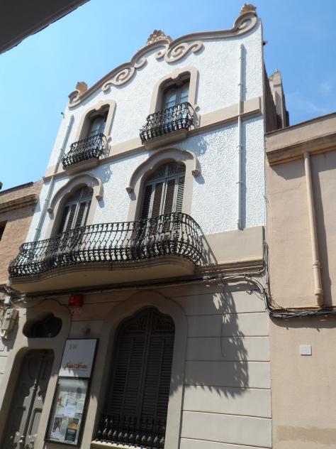 La casa bofill en la calle mayor molins de rei for Casas molins de rei
