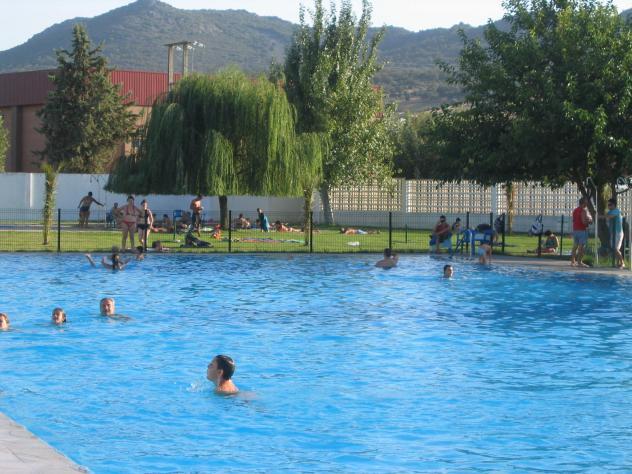 Refresc ndose en la piscina navalvillar de pela for En la piscina