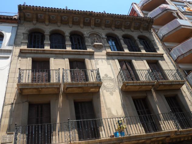 Casa del arquitecto gum en la plaza de la b scula molins - Casa en molins de rei ...